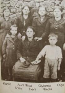 الأم إيلانى و بناتها الاربع وابنها الوحيد نيكولا مع الجدة