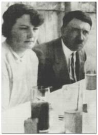 أودلف هتلر برفقة جلى إبنة اخته المنتحرة