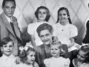 صورة عائلية تضم ماغدا جوبلز مع الزوج والأطفال الضحايا